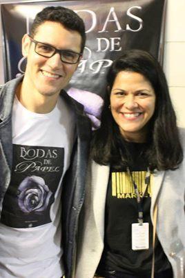 A coordenadora Priscila da Universidade Braz Cubas e o #escritor #DanielMoraes no lançamento do #livro #BodasDePapel em #MogiDasCruzes #SP
