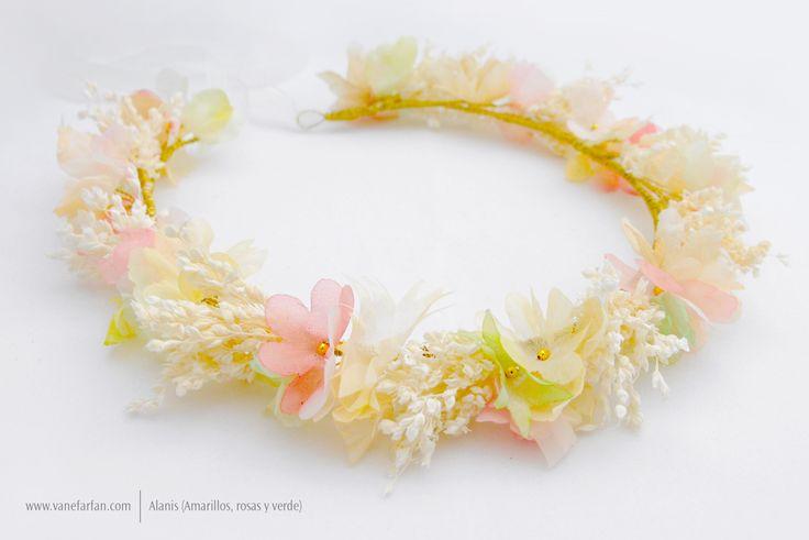 Corona abierta para niñas, compuesta por flores de gasa y flores secas.