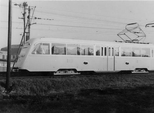 DigitaltMuseum - Oslo Sporveier. Trikk motorvogn 184 type Gullfisk B1, nylevert fra Strømmens Værksted, ute på prøvekjøring i desember 1938. Ved Etterstad vognhall.