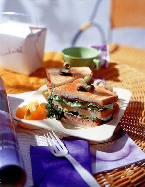 カリカリベーコンとほろほろのゆで卵が相性抜群! マヨネーズとケチャップがパンによくなじみます。