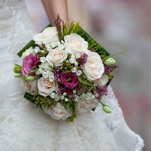 Ramo de novia de rosas vendela y lishianthus y flor de cera