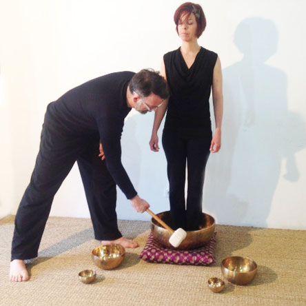 Sonothérapie avec un gros bol tibétain #massage #sonore #relaxation #yoga