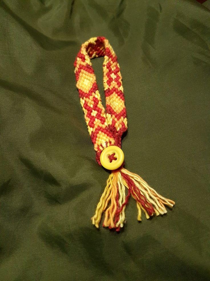 Vänskapsband nr 75066 av bomull med knapp.  Friendship band No. 75066 of cotton with button.  Bande d'amitié n ° 75066 en coton avec bouton.  #6susa5 #handmade #cotton #coton #friendshipbracelet #makramé #macrame #vänskapsband #bomull #cotton #coton #bomullsgarn #fildecoton #armband #bracelet #braceletdamité #cottontread
