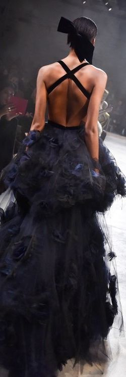 ♕ Marchesa ♕ Vestido en negro y azul de falda de tul y volantes con espalda al aire cruzada por dos tiras. ♥♥