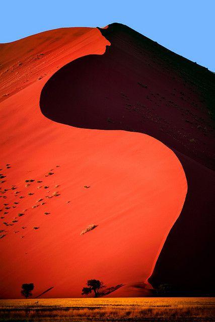 La Dune 45, peut être la plus belle de toutes les vagues de la mer de sable qui borde le salar d'argile du Sossusvlei dans le désert de Namib. Dune 45, made of 5 million year old sand, in the Sossusvlei area of the Namib Desert in Namibia. © Aftab.'s photostream on Flickr.