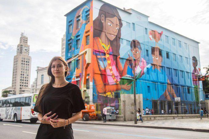 Maior mural pintado por uma mulher homenageia mães e professoras
