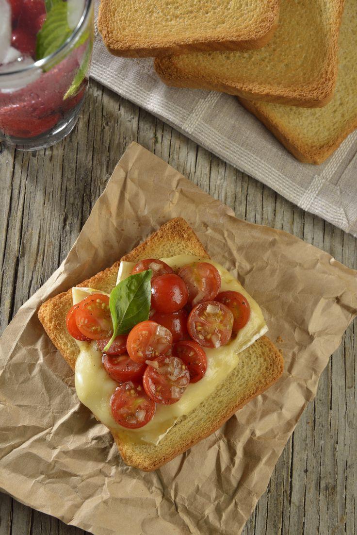 Te presentamos un bocadillo de queso brie con jitomates marinados en vinagre balsámico y con un toque de arúgula. Es un entremés perfecto para una cena deliciosa y elegante. Es una receta muy fácil que no te va a quitar mucho tiempo.