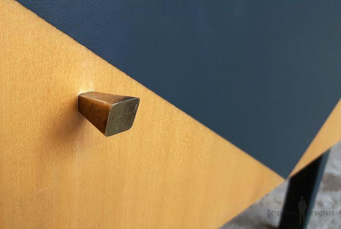 Table de chevet vintage en bois, tiroir et porte battante gentlemen designers