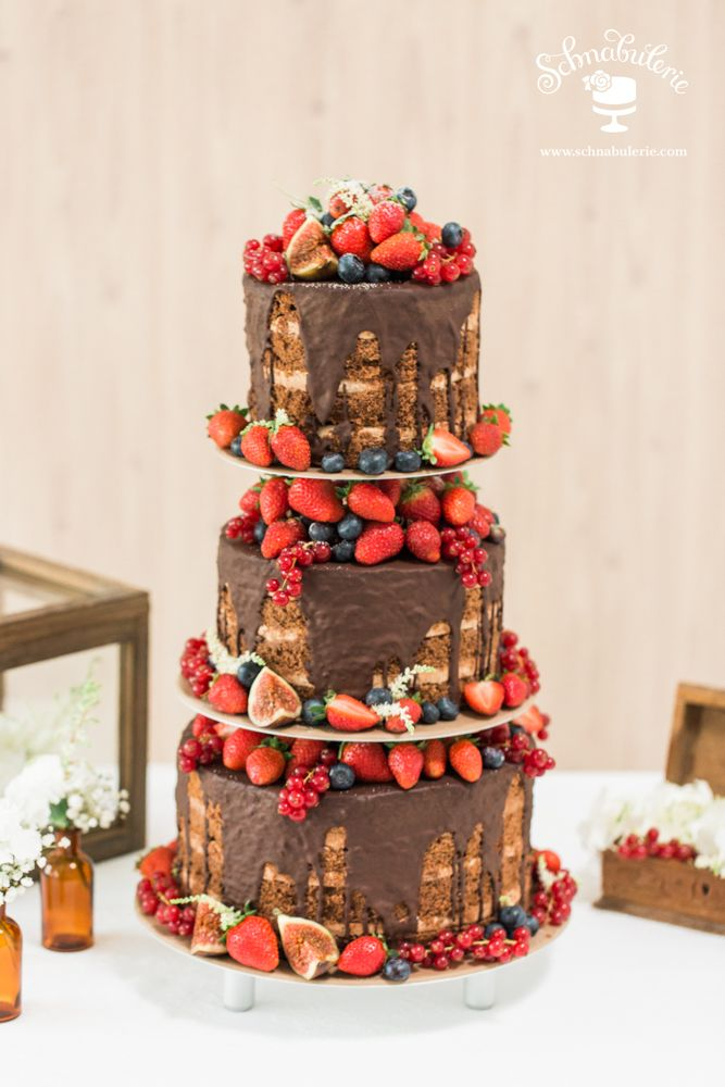 **Chocolat** Sachertorte gefüllt mit feiner Creme und einem Guss aus belgischer Schokolade wird üppig mit frischen Früchten der Saison dekoriert. Ein Fest für alle Sinne! #Schnabulerie #Hochzeitstorte #weddingcake #Hochzeit #wedding #Beeren #freshberries #Schokolade #einesünndewert