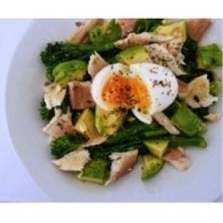 Avocado- bimisalade met forel en ei