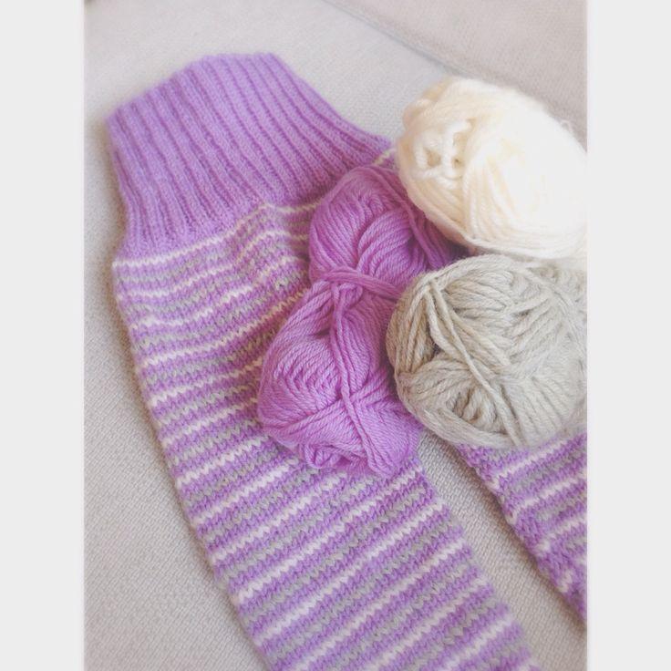 Ullbukse til baby strikket av restegarn