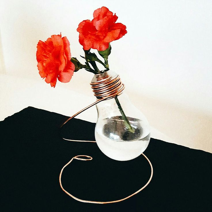 Make these cute light bulb vases. Perfect for seasonal flowers | Click to see the tutorial