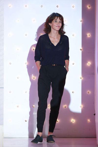 Le style de Sophie Marceau: en total look noir sur le plateau de Vivement Dimanche en 2014