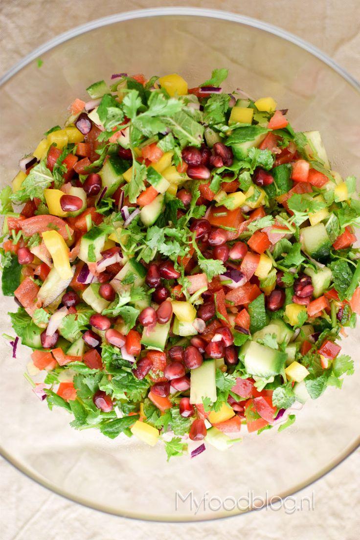 Op zoek naar een lekkere, frisse en smakelijke salade? Probeer onze kleurrijke Midden-Oosterse salade met veel kruiden en groente!