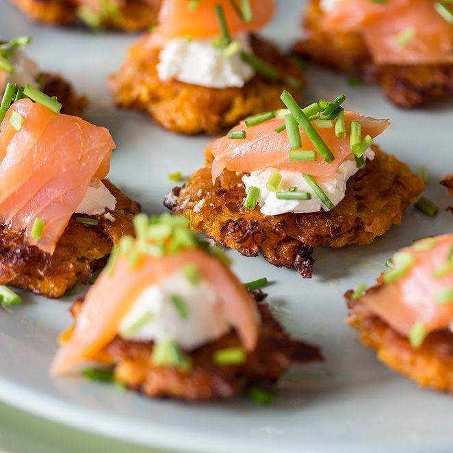 Der Klassiker mal anders: Mini-Reibekuchen aus Süßkartoffeln mit Lachs verzaubern deine Gäste schon vor dem ersten Gang und sollten auf keiner Party fehlen.