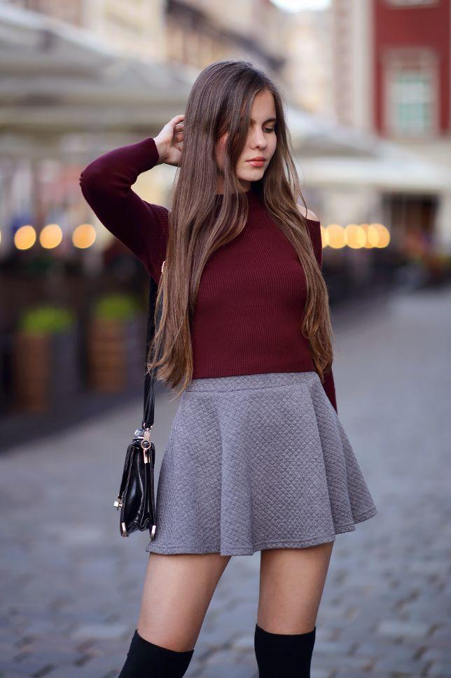 ...help! I have nothing to wear! - kobiecy blog o modzie: Bordowy sweterek, szara rozkloszowana spódniczka i czarne zakolanówki