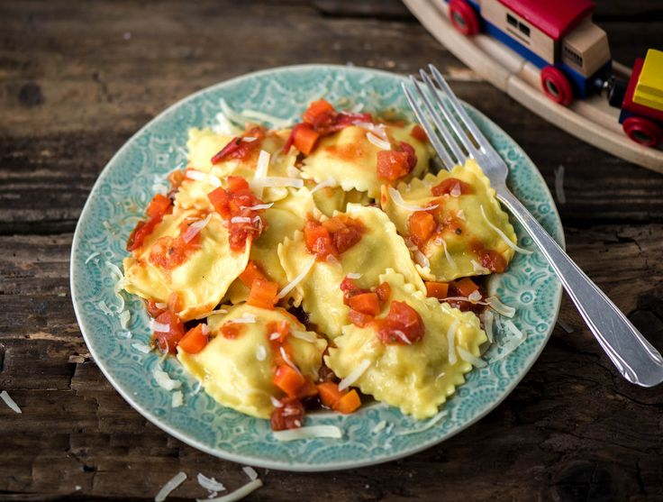 Italiaanse ravioli met rode saus