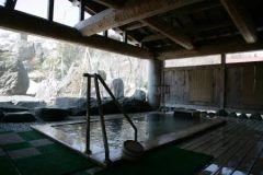 新潟県糸魚川市にある焼山温泉 清風館は日本海唯一の活火山焼山のふもとにある秘湯の一軒宿です 源泉掛け流しの温泉はアルカリ性の湯で古い角質をおとす美人の湯と言われています  日帰り入浴も行っていますので気軽に立ち寄ってみてください tags[新潟県]