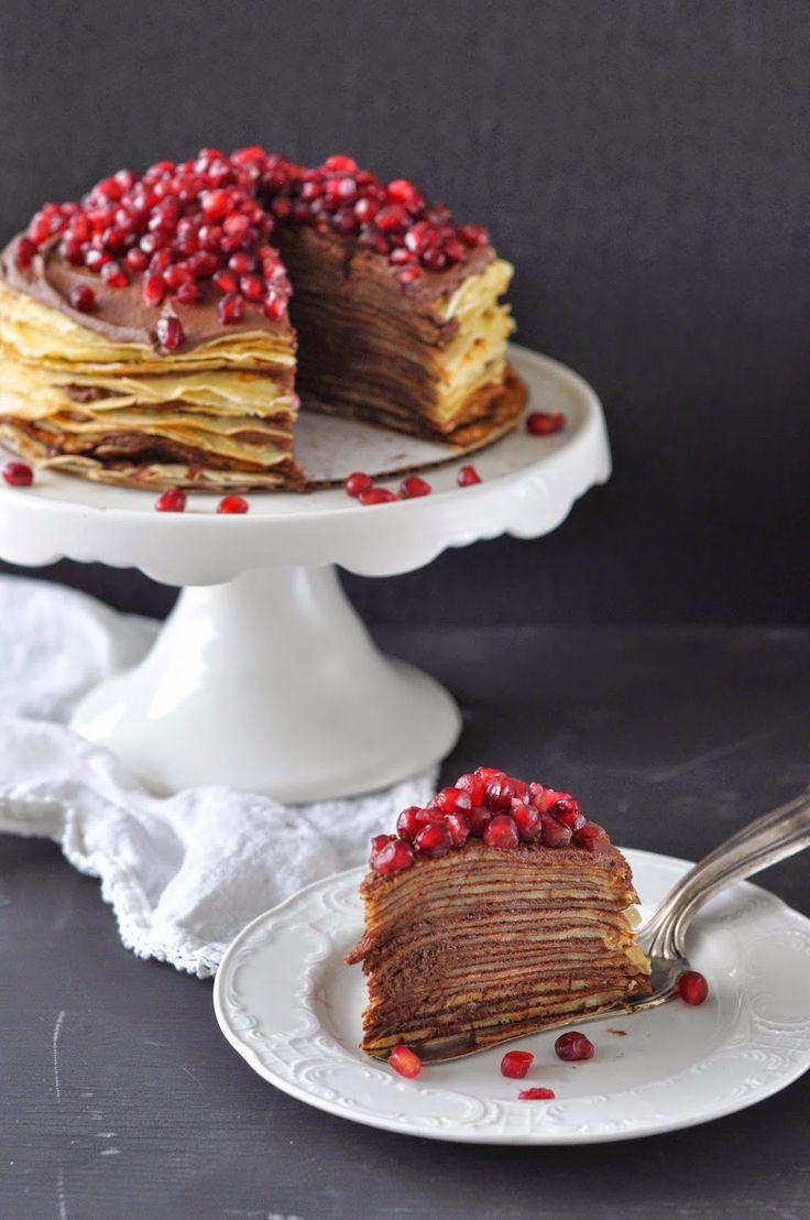 Diese hübsche Crêpe Torte mit Schokolade und Granatapfel findet ihr bei Birds Like Cake  #Rezept: http://www.kuechenplausch.de/rezept/info/164999-aller-guten-dinge-sind-drei-cr%C3%AApe-torte