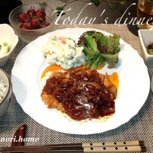 今日の夕食は、パパの大好きなポークチャップ! 昔からよく行く、神戸の洋食屋さんの味を真似て作ってます♪ 濃いめのソースの上には生クリームを☆ 小鉢は冷奴と、ホタルイカと胡瓜の酢の物です(*´ڡ`●) - 200件のもぐもぐ - ご飯がすすむ★ポークチャップ! by トヨノリ