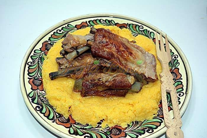 Carne prajita in untura la garnita, reteta traditionala, veche,cum se face in casele romanilor. Bucatele de carne cu sau fara ,cruda sau afumata, inabusite.