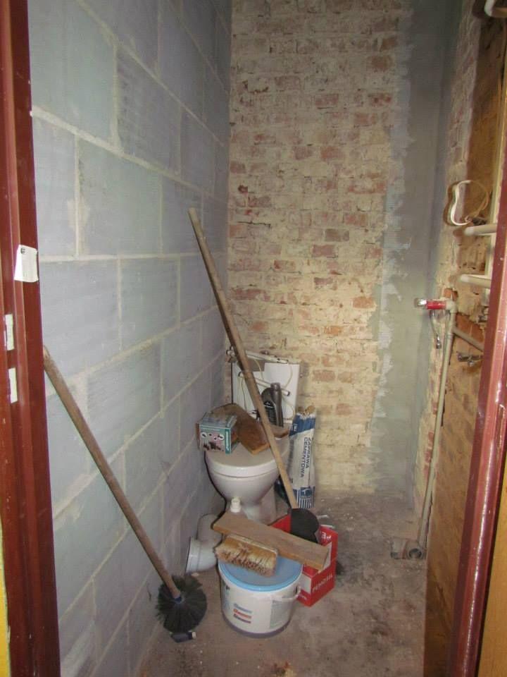 Ciąg dalszy remontu, wracamy po jakimś czasie i w związku z trudną sytuacją rodziny (pracuje tylko tata dzieci) pomieszczenie przeznaczone na łazienkę nie mogło doczekać się realizacji. Rodzina korzystała z wychodka znajdującego się za domem.