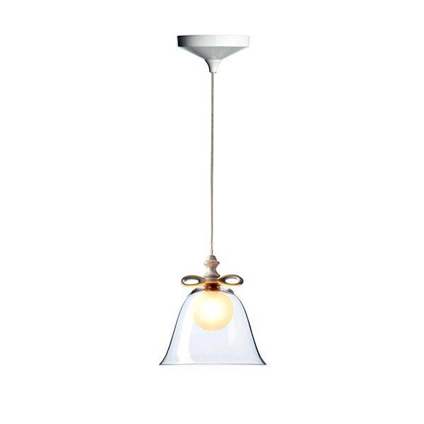 Lámpara de suspensión fabricada en cristal en diversos colores: transparente, blanco, ambar, verde o fumé. Disponible en dos tamaños, diámetro 35 cm y diámetro 22 cm. Detalle superior (lazo) de la tulipa y florón, fabricados en porcelana con acabado Dorado o Blanco. Difusor interior en cristal mate. Portalámparas preparado para una bombilla G9 de 60w.  Diseñado por Marcel Wanders, 2012.   Referencias Bell Lamp SP - Moooi:
