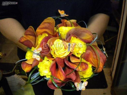 http://www.lemienozze.it/gallerie/foto-bouquet-sposa/img33746.html  Bouquet sposa di calle gialle e arancioni con applicazione di farfalle