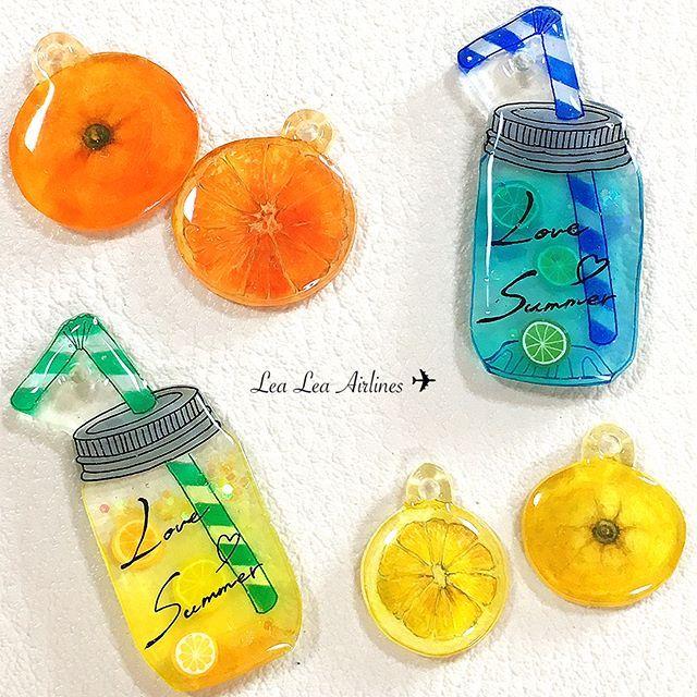 メイソンジャーのフルーツパーツも完成しました(^^)♪ 爽やかなオレンジ&レモンです夏は酸味のある炭酸ドリンクが飲みたくなりますね♪ジューシィな感じが伝わると嬉しいです(*^o^*)☆今年の夏は暑くなるようなので、爽やかに毎日が過ごせますように#プラ板#プラバン#アクセサリー#プラバンアクセサリー#レジン#レジンアクセサリー#クラフト#arts#art#デザイン#ハンドメイド#handmade#手作り#イラスト#フルーツ#fruit#果物#juice#ジュース#sweet#夏#summer#透明感#手描き#手描きアート#orange#lemon#craful#craful2017スイーツモチーフコンテスト