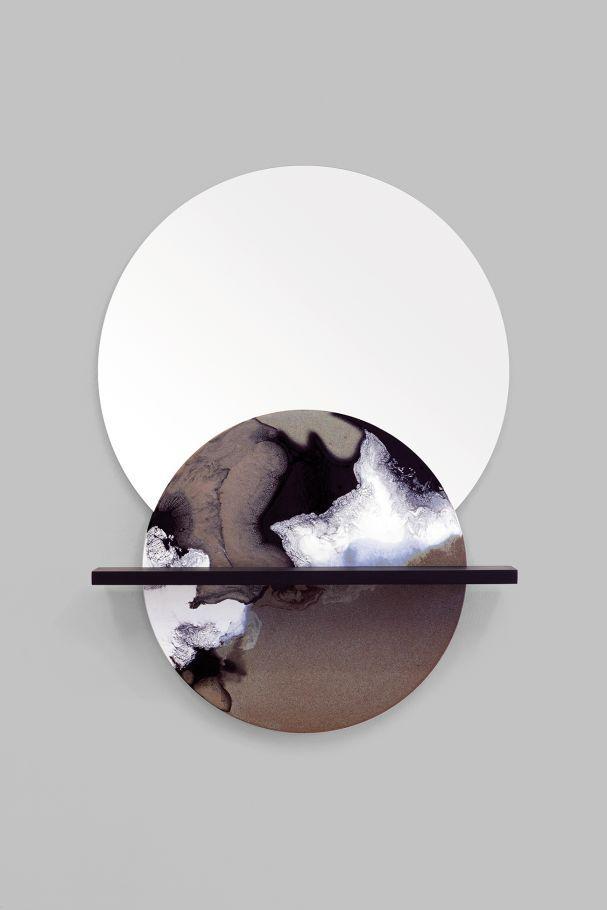 """Elisa Strozyks handgefertigter """"Overlap Mirror"""" aus der Reihe """"CERAMIC-SURFACE-REFLECTIONS"""" besteht aus Korderiet, keramischer Glasur, Spiegel und Holz, 2050 Euro. (Foto: Studio Been)"""