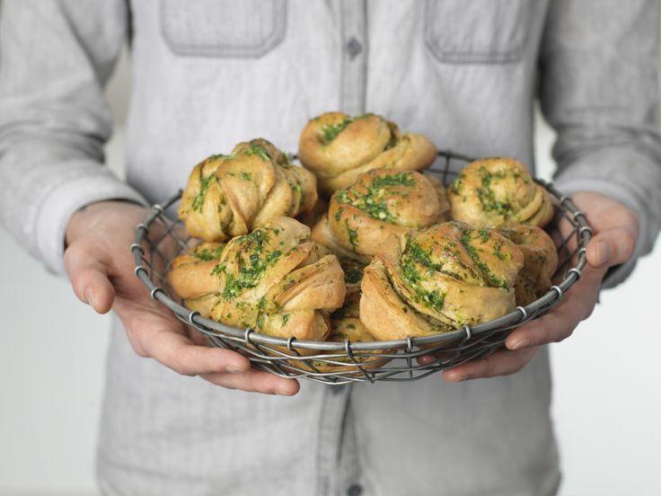 Hvitløksknuter er deilige rundstykker eller snurrer av fullkornshvetemel som passer fint som tilbehør til middag for alle som elsker hvitløksbrød.