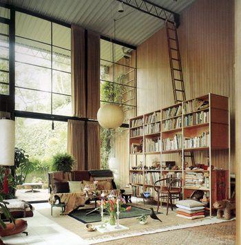 本棚の上にはしごが? はしごの先は天井? 遊び心が盛りだくさん。