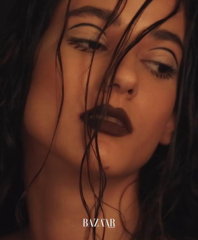 Potret riasan musim gugur yang seolah terasa sederhana namun tetap memiliki esensi sophisticated pada tiap detailnya. As seen on Harpers Bazaar Indonesia October 2017. Portfolio ini: Audiovisual: @ferdianrus Editor Beauty: @ericarifianda Model: Florence @merrymodels Makeup & Hair: @archangelachelsea for @lakmemakeup #makeup #lakme #harpersbazaarindonesia #bazaarlovesbeauty via HARPER'S BAZAAR INDONESIA MAGAZINE OFFICIAL INSTAGRAM - Fashion Campaigns  Haute Couture  Advertising  Editorial…