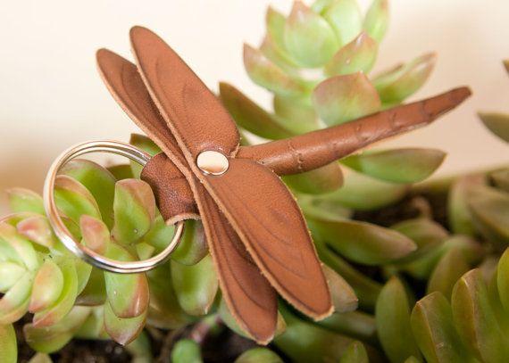 Fresco pequeña libélula llavero de cuero curtido vegetal con detalles de fileteado. Divertido para jugar y celebrar.  Cuero curtido vegetal envejece muy bien y se pone mejor con el uso!  Cuerpo de la libélula es 3-3/4 largo, total longitud con anillo 4-3/4. 3-3/4 envergadura.