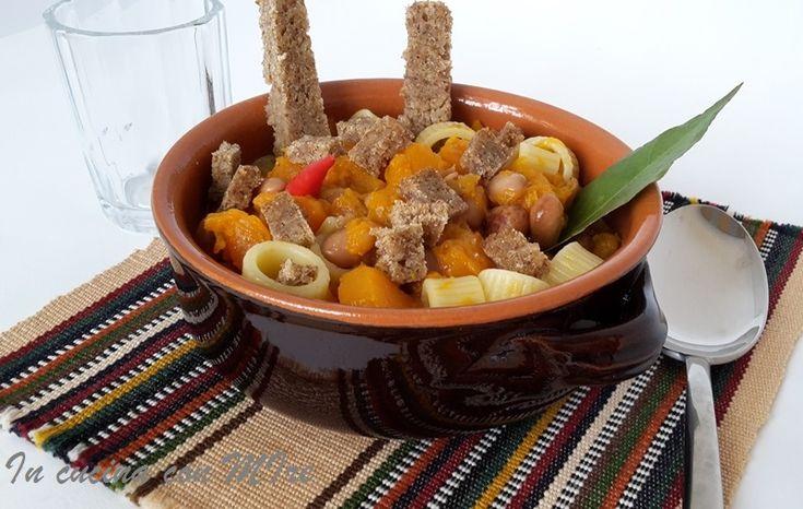 Ricetta+zucca+e+fagioli Con questo tempo è il periodo giusto per goderci un bel piatto di zucca fagioli e pasta #panepema #gialloblog #incucinaconmire #ricetta