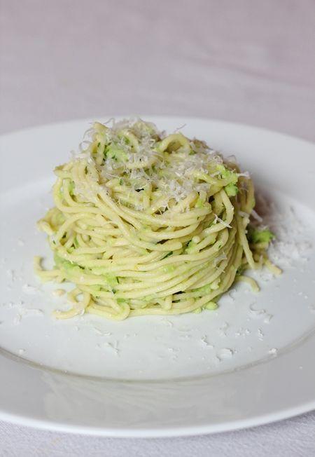 selbstgemachte Spaghetti mit Avocado-Sauce