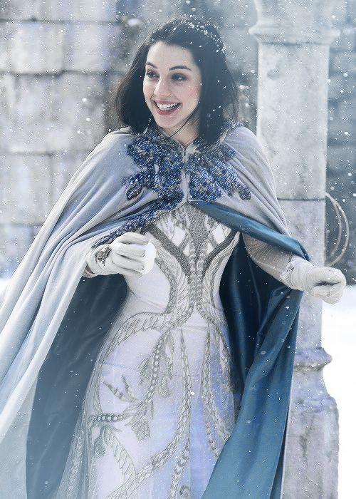 Mary sieht aus wie eine Schneekönigin! <3 Schnee Renaissance Kleid / Weiß goldenes Renaissance Kleid / Reign Outfits / Reign Fashion / Mary Queen Of Scots Fashion / Reign Mode / TV Shows Fashion / Film Outfits / TV Show Outfits | Stylefeed