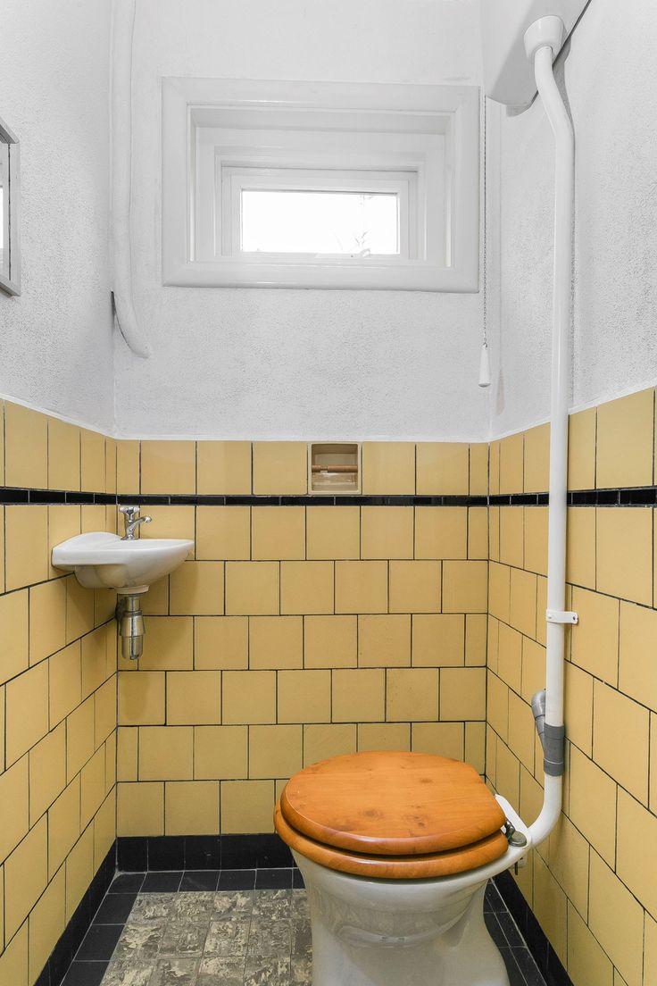 Jaren30woningen.nl | Toilet met #jaren30 betegeling