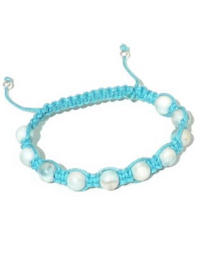 Deze armband is gemaakt met gemarmerde turquoise kralen en turquoise waxkoord.     De armband heeft een verstelbare (schuif)sluiting met een lengte van 19-27 cm.
