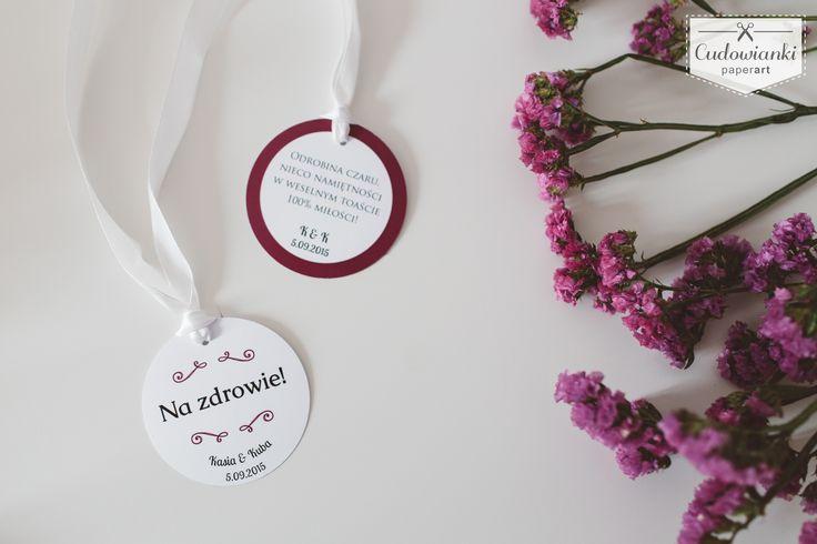 Wedding, alcohol labels on the bottle, made of white paper with white ribbon and purple ornament/ Zawieszka na butelkę na białej  wstążce wykonana z satynowanego papieru.