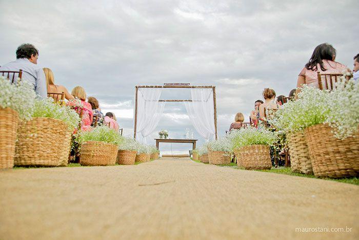 Decoração de cerimônia por Acervo Sto Antonio. Casamento na praia de Camburi, SP. #casamento #casamentonapraia #wedding #cerimonia #acervostoantonio