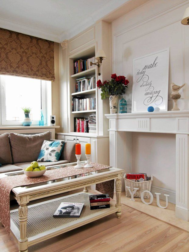 Dla tych, którzy cenią sobie klasykę ten duży pokój będzie prawdziwą inspiracją. Jasne barwy i drewno powodują, że można odczuć ciepło rodzinnego domu. Atrapa kominka jest świetnym dodatkiem i nadaje pokojowi elegancji.