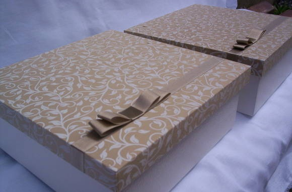 Caixa em mdf para mini chandon e duas taças com tampa revestida em tecido e laço channel .ideal para presentear padrinhos de casamento. R$ 27,90