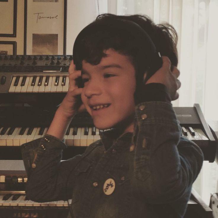 Huillo en el estudio grabando! Muy pronto el resultado de este magnífico día con gente asombrosa! #todossomoshuillo #elara  #coldplay #coldplayer #autismacceptance #autism #pauseandlove @believeinlovebutton #believeinlovebutton @lovebuttonorg #lovebutton #fairsaturday Coldplay ELARA