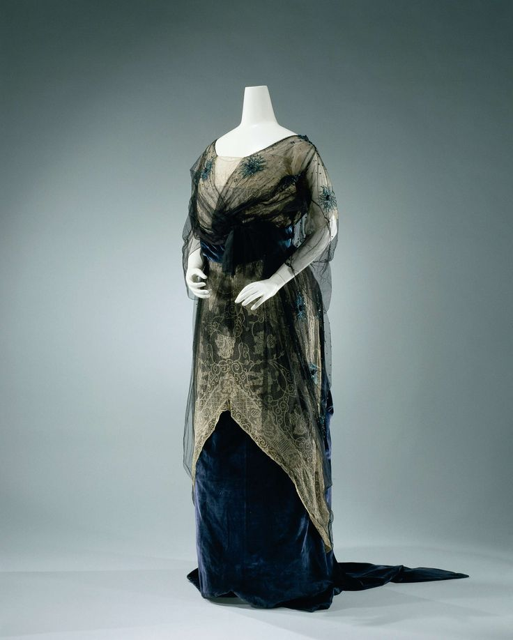 Gown of blue chiffon velvet green and salmon-colored silk, which machine lace and black tulle with blue green beaded embroidery, comprising a body (a) and skirt (b)., Hirsch & Cie SA, c.1912