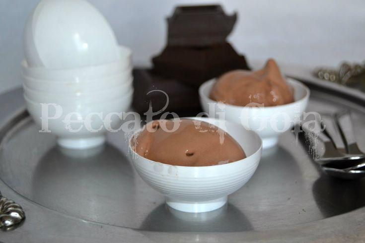 Il gelato al cioccolato è uno dei gusti maggiormente preferiti, e come potrebbe essere altrimenti? Ricetta con o senza gelatiera.