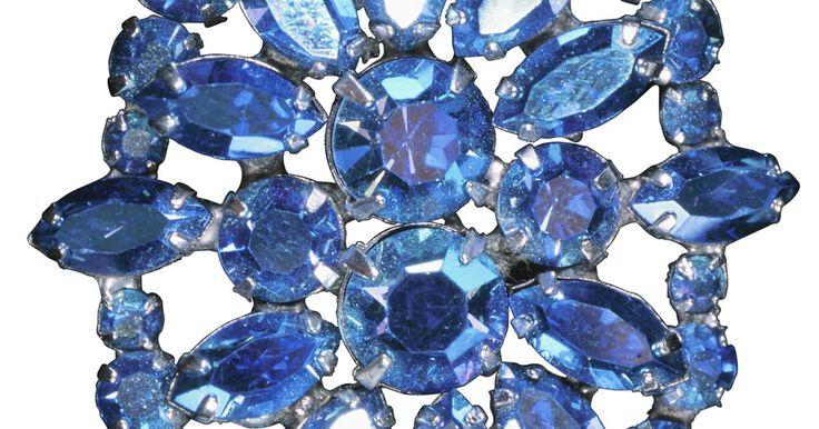 Cómo distinguir un topacio azul de una aguamarina. La aguamarina es la piedra natal de marzo. Su color va del azul claro al azul verdoso a un azul más profundo. El azul profundo a menudo se obtiene calentando la piedra a 750 grados. El topacio azul es la piedra natal de diciembre. Aunque el topacio azul y la aguamarina pueden lucir idénticos, vienen de diferentes familias de cristales, y la ...
