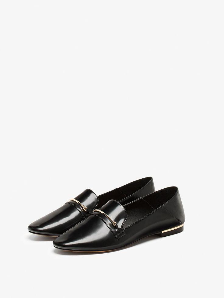 Черные туфли-бабуши, изготовленные из козьей кожи и украшенные металлической деталью на носке и каблуке. Подкладка из козьей кожи и стелька из козьей кожи с окантовкой из такой же кожи, из которой выполнен верх. Подошва с деталью в виде рулетки и строчкой. Туфли можно носить как бабуши или как мокасины.
