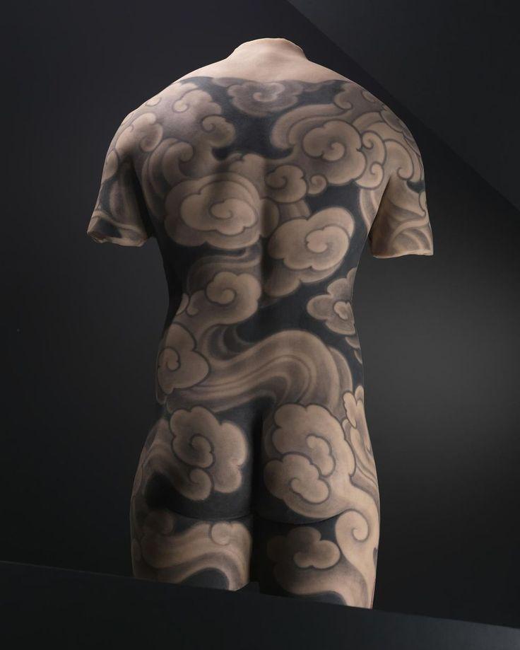 Tatouage de Philip Leu créé sur moulage en silicone de corps humains pour l'exposition.
