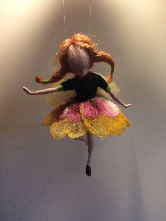 Cest une de me fée fleur magique. Il a appelé ses « pensées » parce que sa robe ressemble à cette fleur. C est léger, volant, danser...  Couleur brun clair cheveux, c est en fibre de bambou.  La hauteur est de 14 cm.